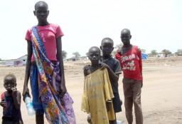 """PHOENIX SÜDSUDAN, """"Ein Land am Abgrund"""", am Mittwoch (28.05.14) um 21:45 Uhr. In Minkaman, zwei Stunden Bootsfahrt auf dem Nil entfernt, haben bis zu 100.000 Menschen Zuflucht gesucht. Die """"Ärzte ohne Grenzen"""" kümmern sich in einem Feldhospital um Kranke, Verletzte, Schwangere. Auch unterernährte Kinder gibt es immer wieder. Hilfsorganisationen sehen erste Anzeichen für eine drohende Hungersnot im Südsudan. © PHOENIX/ARD-Studio Kairo, honorarfrei - Verwendung gemäß der AGB im engen inhaltlichen, redaktionellen Zusammenhang mit genannter PHOENIX-Sendung bei Nennung """"Bild: PHOENIX/ARD-Studio Kairo"""" (S2). PHOENIX-Kommunikation, Tel: 0228/9584-196, Fax: -199, presse@phoenix.de"""