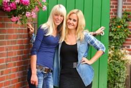 Jungbäuerin Lena (25, l.) und Modedesignerin Janine schweben noch immer im siebten Himmel.
